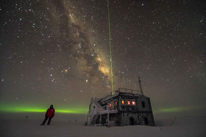 The IceCube lab under the stars at the South Pole in 2017. Image by Martin Wolf, IceCube/NSF.